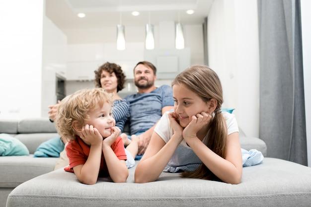 Familie genieten van weekend samen