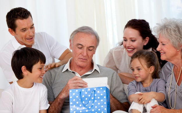 Familie geven aan grootvader een cadeau