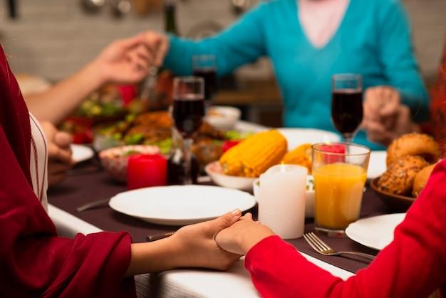 Familie hand in hand op thanksgiving evenement