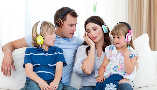 Familie het luisteren muziek met hoofdtelefoons