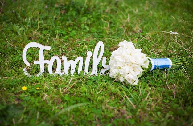 Familie houten letters en prachtige bruiloft boeket