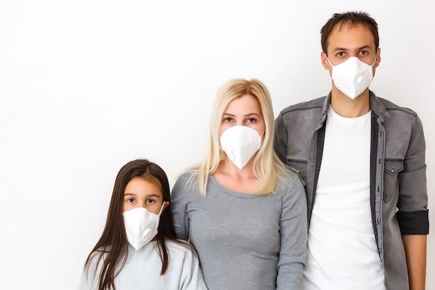 Familie in beschermende maskers in quarantaine. normaal leven met coronavirus. leefstijl covid-19. quarantaine virusbescherming steriliteit thuis samen hartsymbool