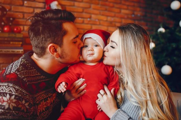 Familie in de buurt van de kerstboom