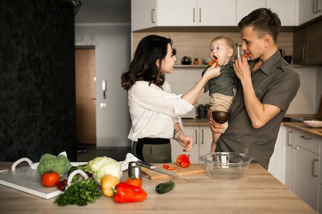 Familie in de keuken