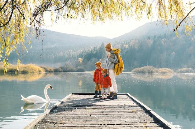 Familie in de natuur achtergrond moeder en kinderen samen op het platteland buiten