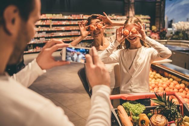 Familie in de supermarkt