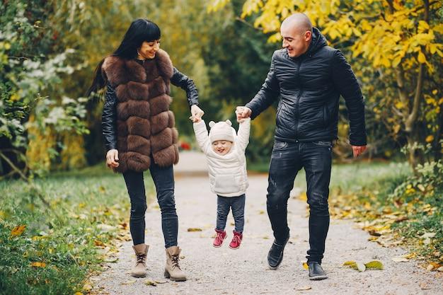 Familie in een herfst park