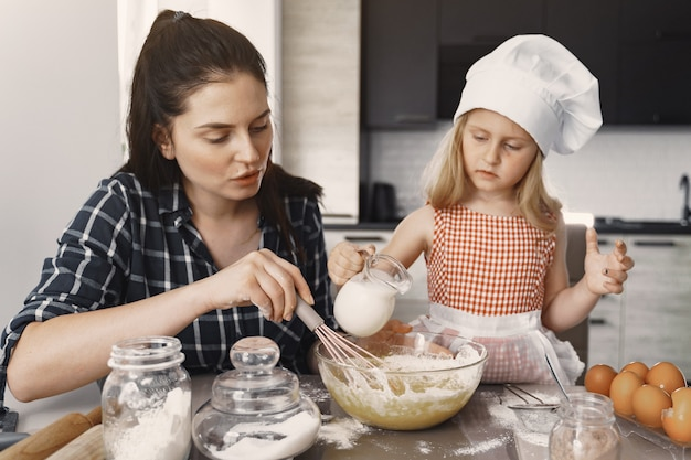 Familie in een keuken kookt het deeg voor koekjes