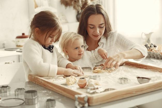 Familie in een keuken. mooie moeder met dochtertje.