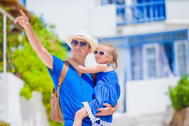 Familie in europa. gelukkige vader en klein schattig meisje in mykonos op zomerse griekse vakantie
