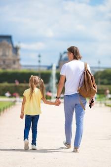 Familie in europese stad, parijs, frankrijk. frans zomervakantie, reizen en mensenconcept.