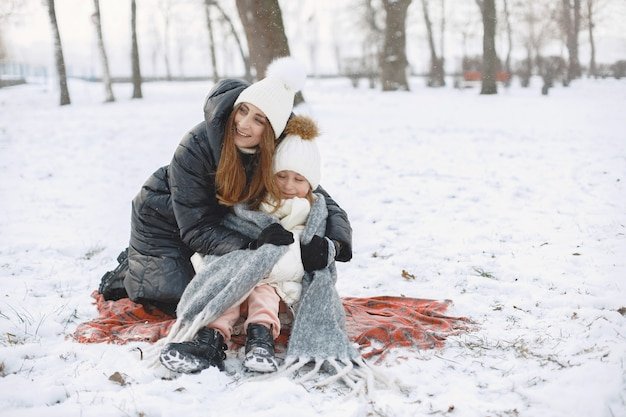 Familie in gebreide wintermutsen op vakantie