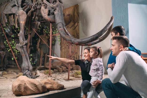 Familie in het museum