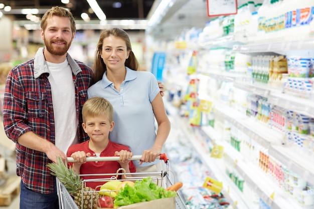 Familie in hypermarkt