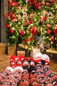 Familie in kerstmissokken dichtbij open haard