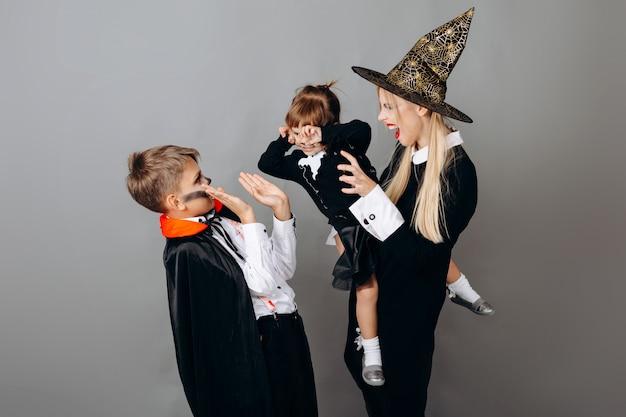 Familie in kostuum die eng gebaar tonen. halloween