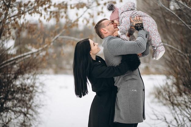 Familie in park in de winter met dochter