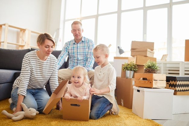 Familie in rommelige woonkamer