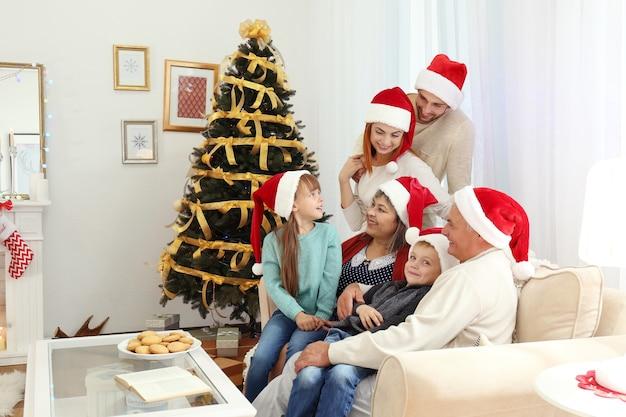 Familie in woonkamer versierd voor kerstmis