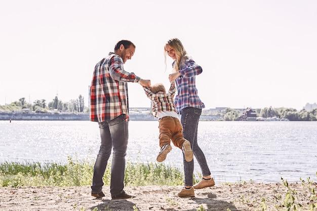 Familie is niet belangrijk, het is alles wat ouders staan terwijl hun kind zijn kind vasthoudt