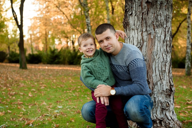 Familie, jeugd, seizoen en mensenconcept, gelukkige familie