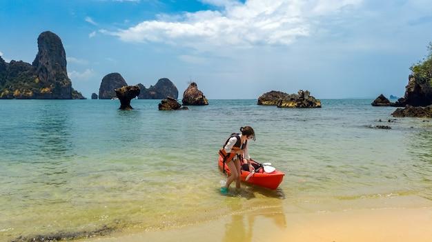Familie kajakken, moeder en dochter peddelen in kajak op tropische zee kanotocht in de buurt van eilanden, plezier maken, actieve vakantie met kinderen in thailand, krabi
