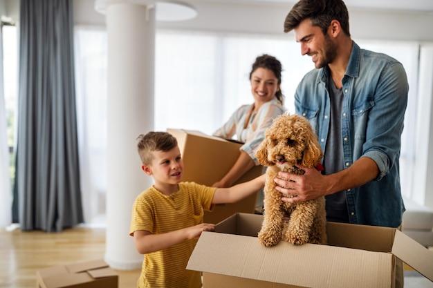 Familie kartonnen dozen uitpakken bij nieuw huis. nieuw huis, familie, verzekeringsconcept.