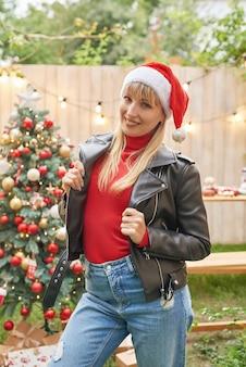 Familie kerst in juli. portret van meisje in de buurt van kerstboom met geschenken. pine versieren. wintervakantie en mensen concept. prettige kerstdagen en gelukkig vakantie wenskaart. kerst vrouw