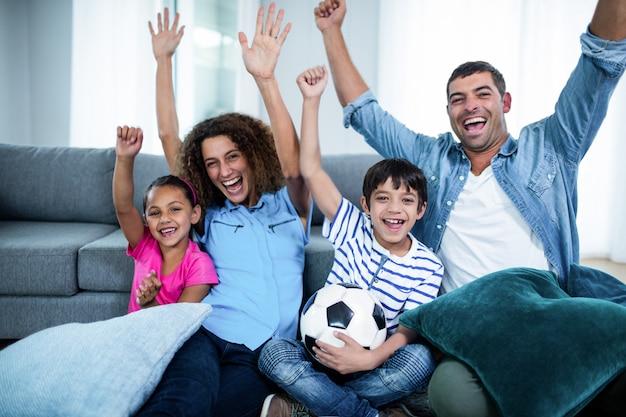 Familie kijken wedstrijd samen op televisie