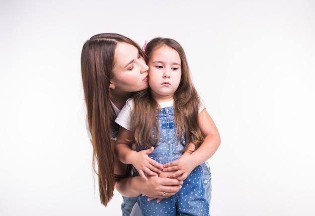 Familie, kinderen en moederschap concept - jonge moeder en haar jonge dochter tijd samen doorbrengen