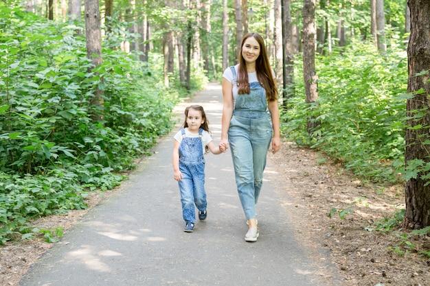 Familie kinderen en natuur concept portret van moeder met haar baby dochter wandelen in het park
