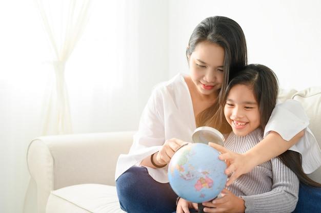 Familie, kinderen, onderwijs, school en gelukkige mensen.