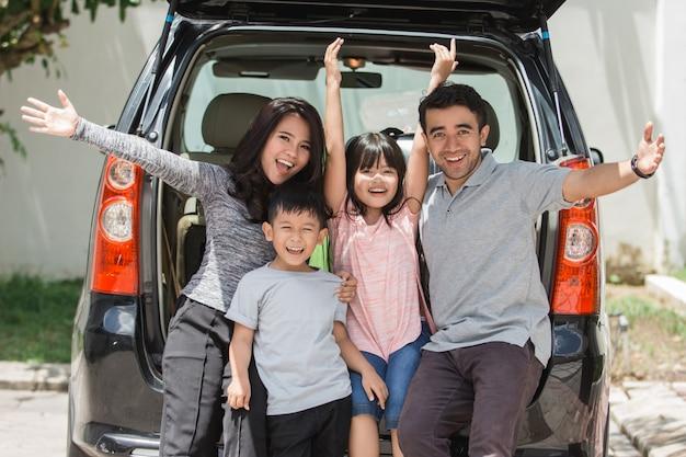 Familie klaar voor de zomervakantie