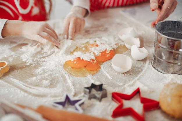 Familie kook het deeg voor koekjes