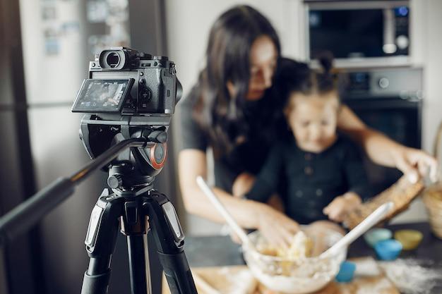 Familie kookt het deeg voor koekjes terwijl het wordt opgenomen