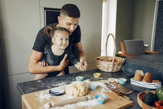 Familie kookt het deeg voor koekjes