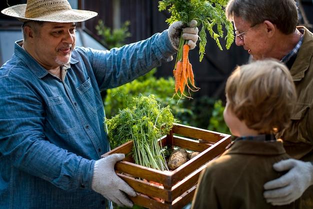 Familie koopt verse groente uit de tuin