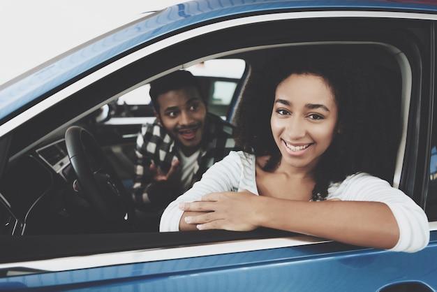 Familie kopen droomauto mensen genieten van nieuw voertuig.