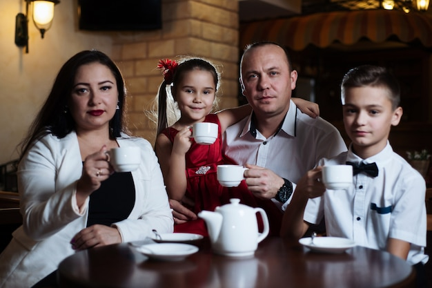 Familie kwam samen in een café.
