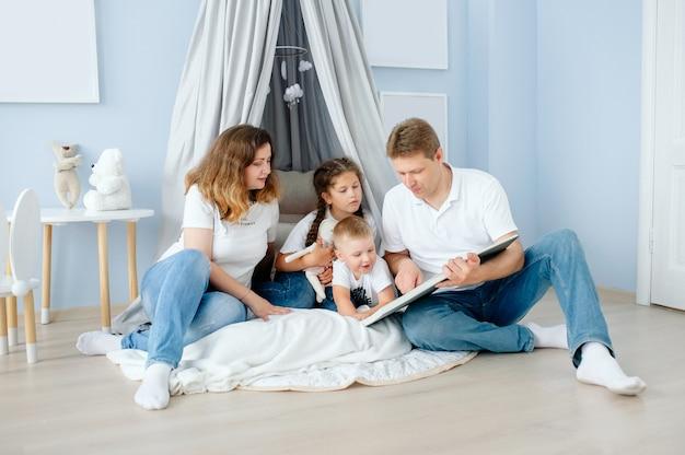 Familie lezen van een boek moeder vader dochter en zoon