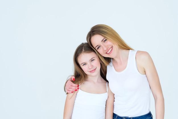 Familie liefdevolle knuffel. moeder en dochtertje omhelzen.