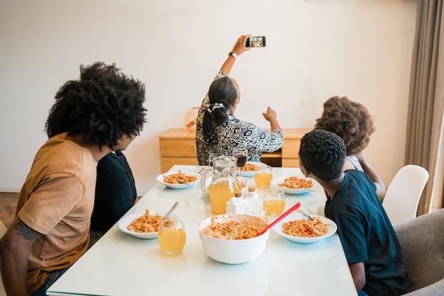 Familie lunchen samen thuis.