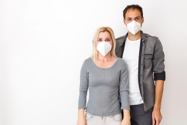 Familie man vrouw vriend vriendin in quarantaine geplaatst. normaal leven met coronavirus. leefstijl covid-19. quarantaine virusbescherming steriliteit thuis samen hartsymbool