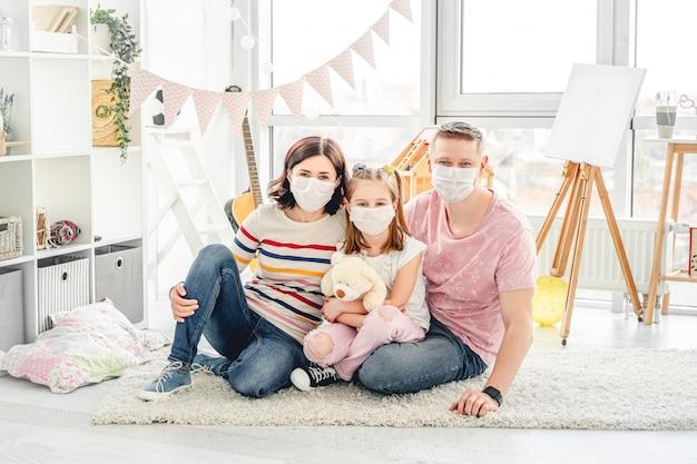 Familie maskers dragen in de kinderkamer