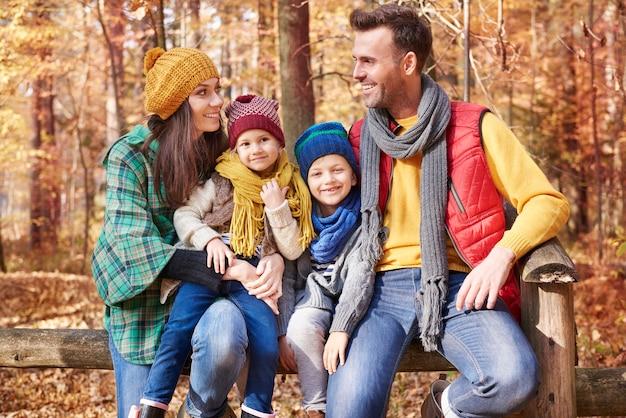 Familie meenemen op geweldige reis naar het bos
