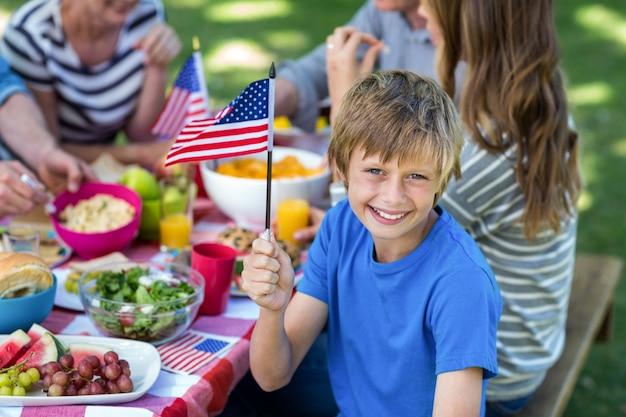 Familie met amerikaanse vlag die een picknick heeft