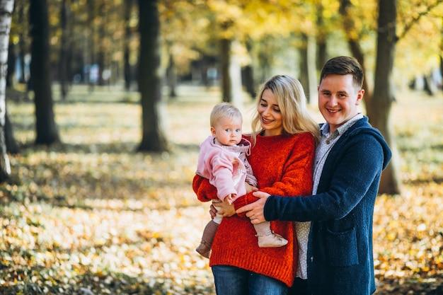 Familie met baby dochter in een de herfstpark