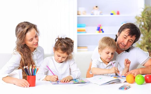 Familie met behulp van een laptop zittend op de bank thuis
