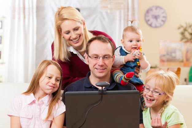 Familie met computer die videoconferentie heeft