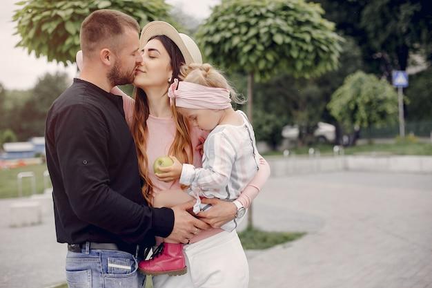 Familie met dochter het spelen in een park
